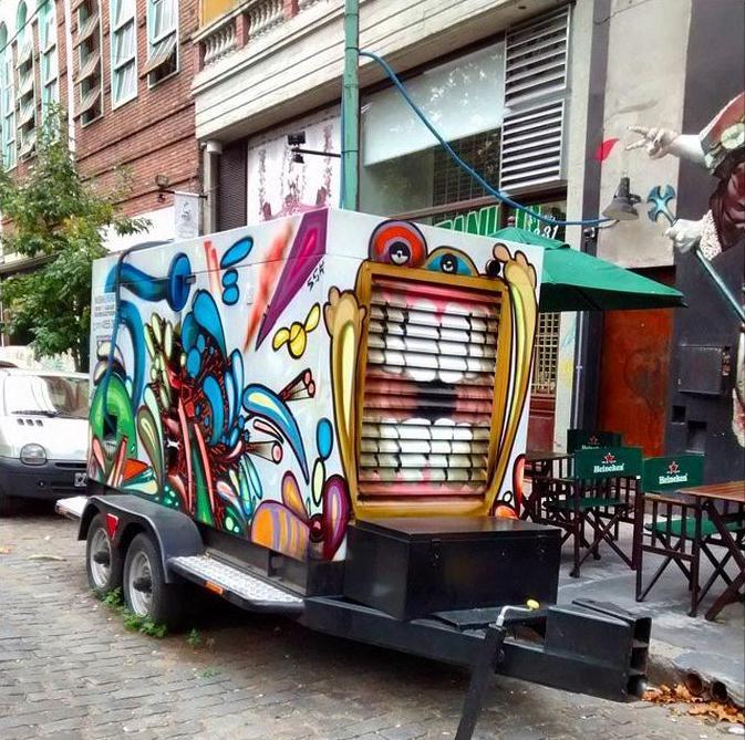 graffiti en generador eléctrico