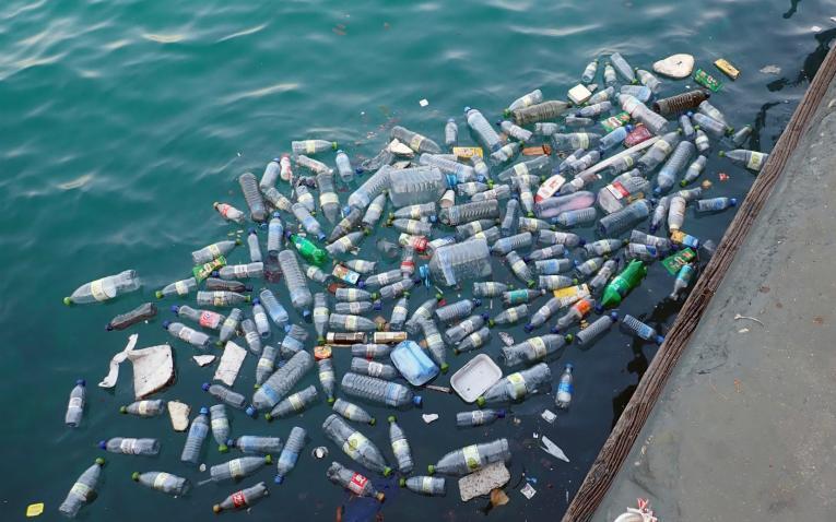 Resultado de imagen de plasticos en agua